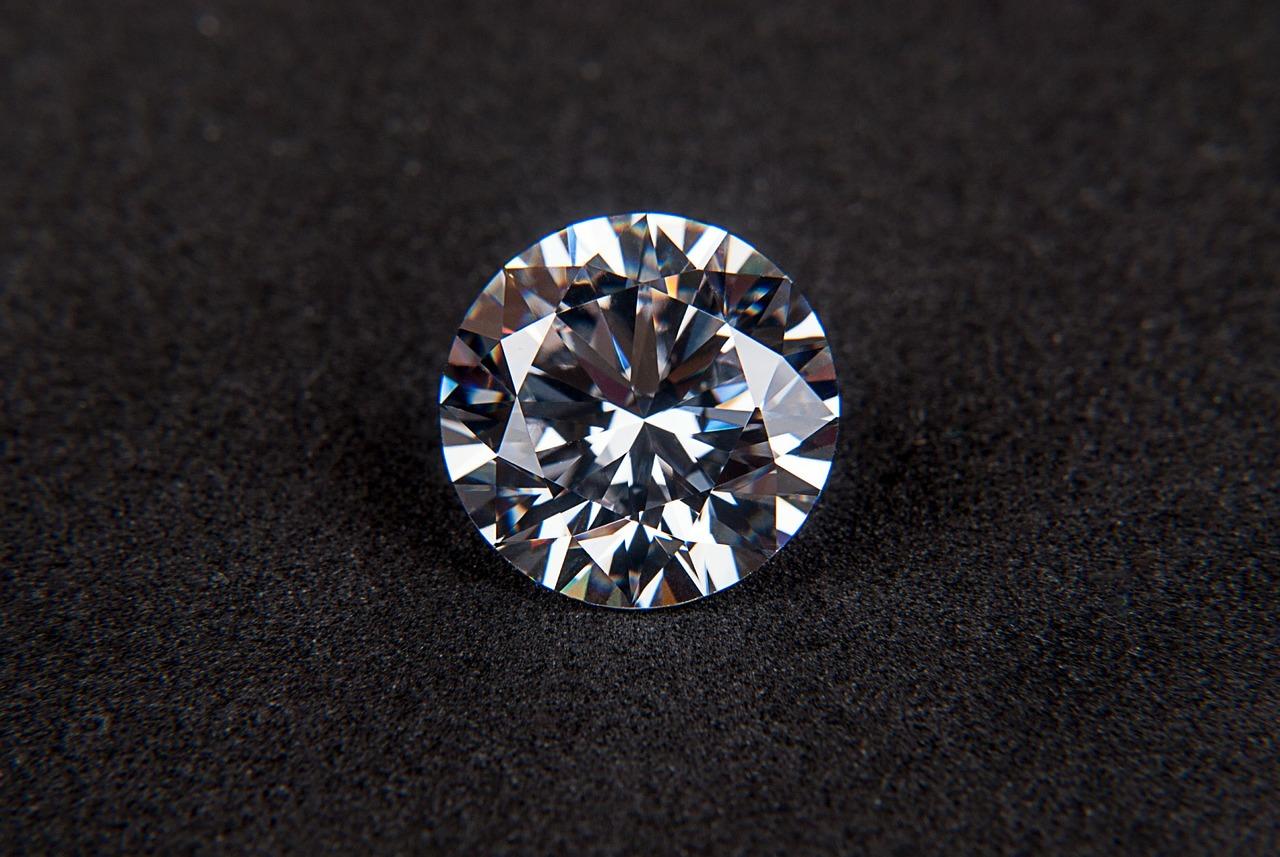 עגילי זהב בשיבוץ יהלומים – דברים שכדאי לדעת לפני רכישה